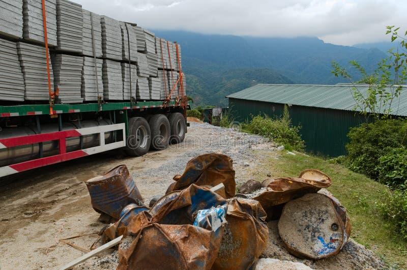 有具体块的重的货物卡车 库存照片