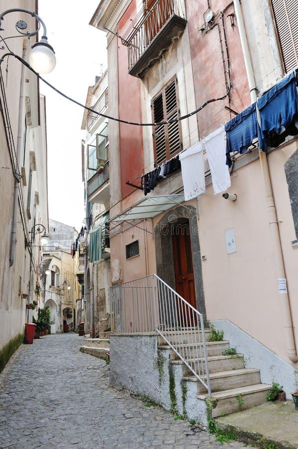 有典型的建筑学的狭窄的街道在南部城镇阿马飞沿岸航行,维耶特利苏玛雷 免版税库存照片