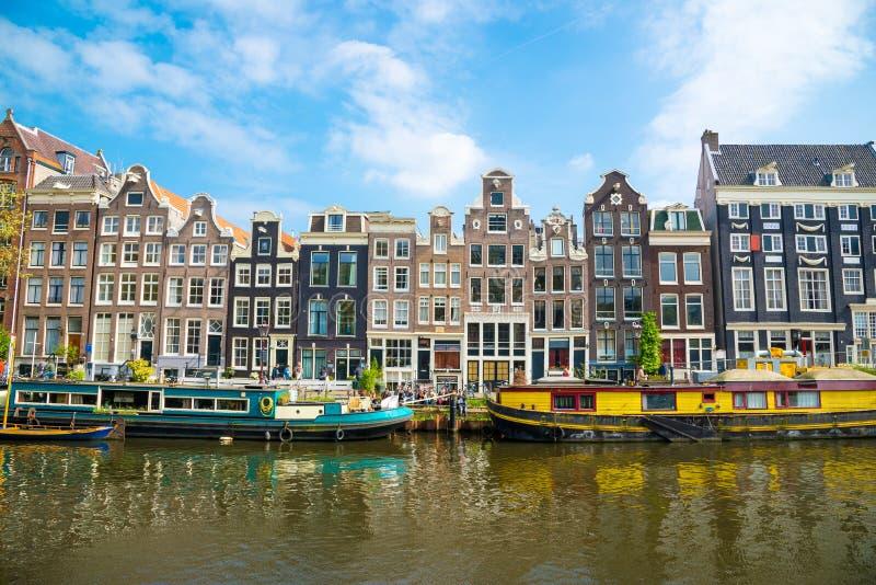 有典型的荷兰房子和居住船的,荷兰阿姆斯特丹运河Singel 免版税库存照片
