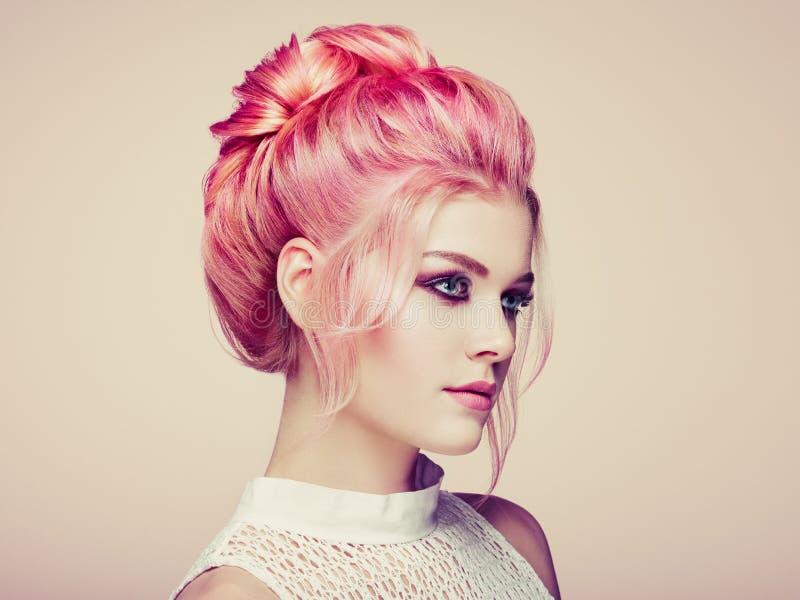 有典雅和发光的发型的白肤金发的女孩 免版税库存照片