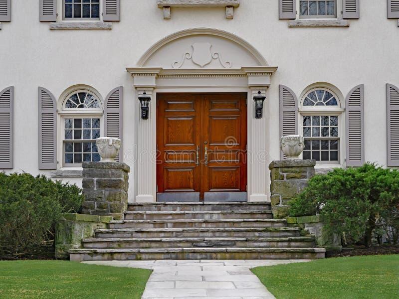 有典雅的双重木大门的议院 免版税库存照片