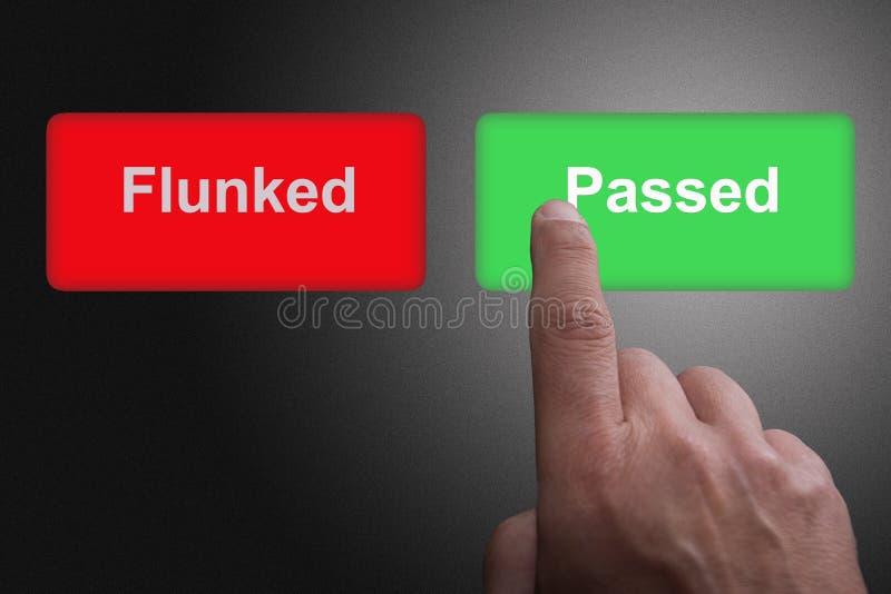 有写的按钮不及格的和通过的和指向的手指,在灰色梯度背景 免版税图库摄影