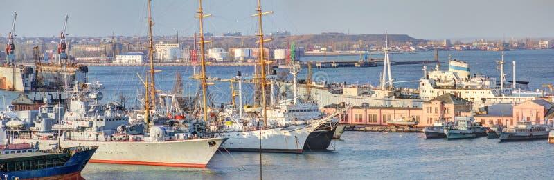 有军事和帆船的港口 图库摄影
