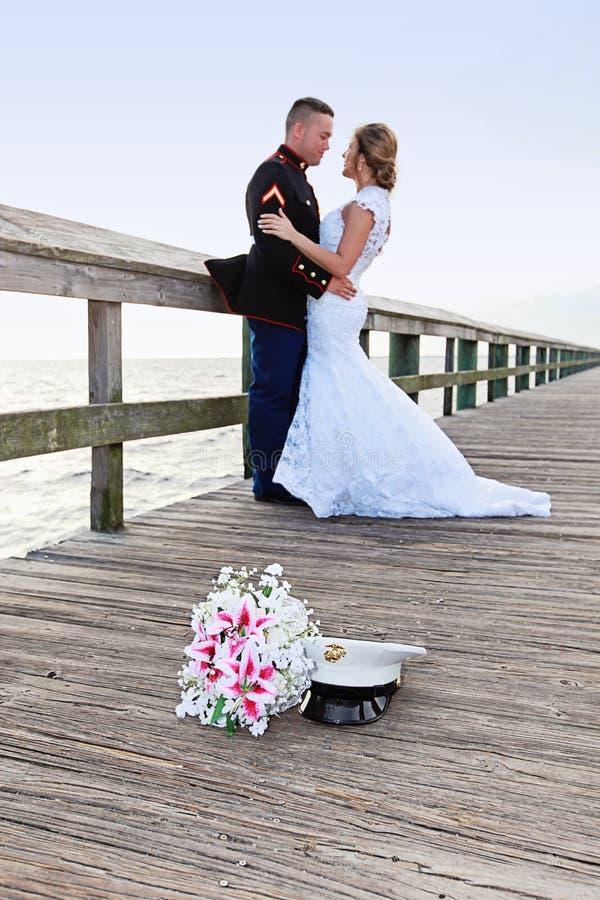 有军事新郎的新娘 库存图片