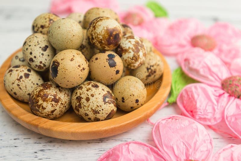 有农厂鹌鹑蛋和花装饰的板材在白色桌,关闭上,选择聚焦 春天和复活节,有机食品题材 免版税库存照片