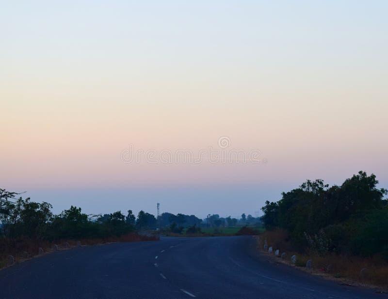 有农村风景的印地安路在清早 库存图片