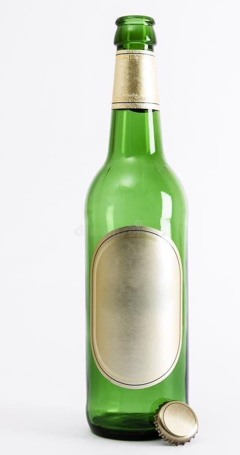 有冠封印的空的绿色啤酒瓶 免版税库存图片
