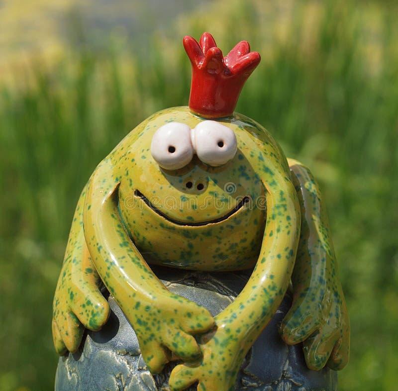有冠的滑稽的陶瓷青蛙王子 免版税库存图片