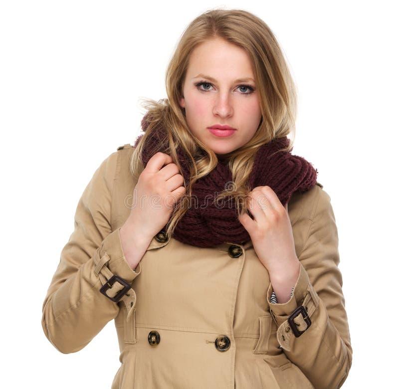 有冬天外套和围巾的可爱的女性 免版税库存图片