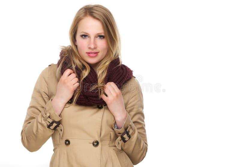 有冬天外套和围巾的美丽的少妇 免版税库存图片