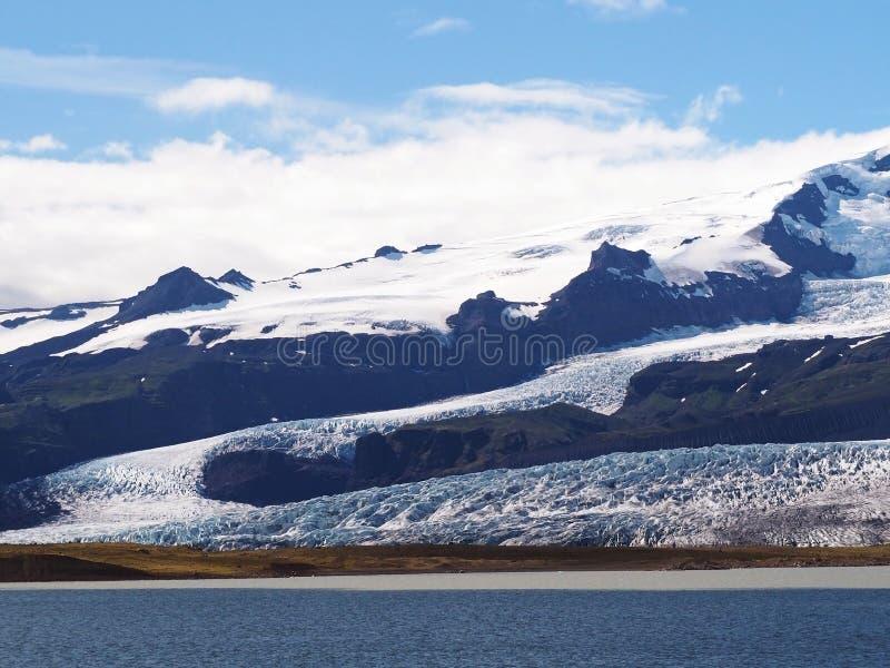 有冰山冰川舌头的蓝色盐水湖在Jokulsarlon盐水湖附近 免版税库存照片