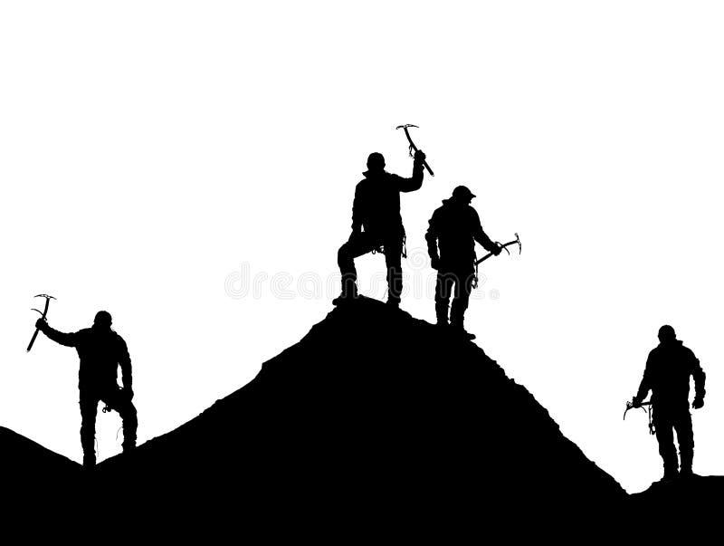 有冰斧的四个登山人在手中在珠峰顶部 库存图片