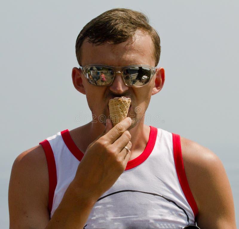 有冰淇凌的人 免版税库存照片