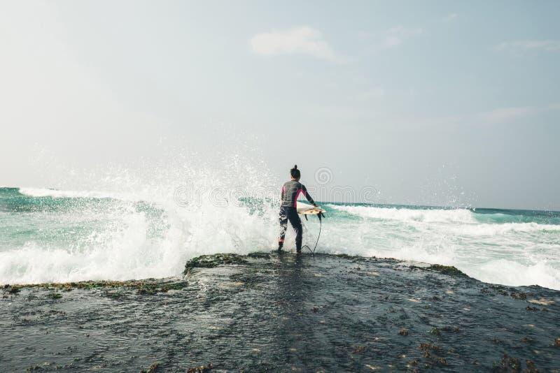 有冲浪板的女子冲浪者 库存照片