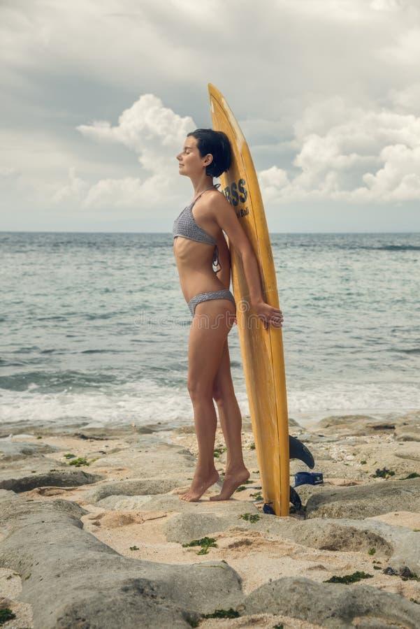 有冲浪板的女孩 海滩的女孩 o ?? ?? 库存图片