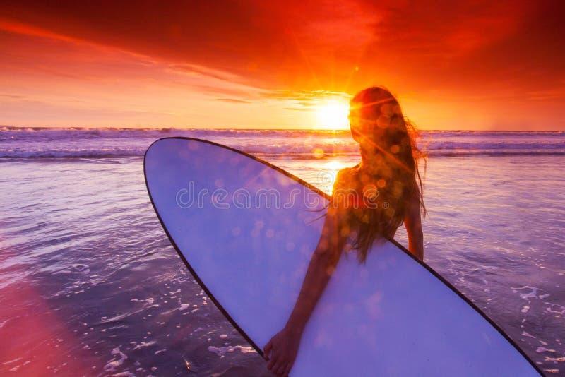 有冲浪板的妇女 免版税库存图片
