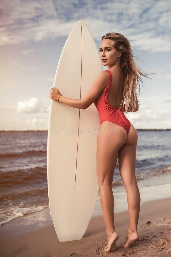 有冲浪板的少妇 库存照片