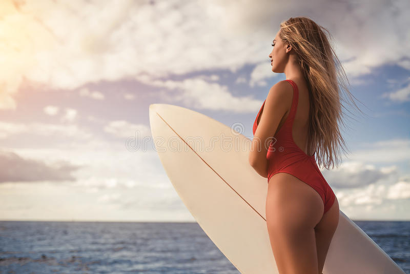 有冲浪板的少妇 免版税图库摄影
