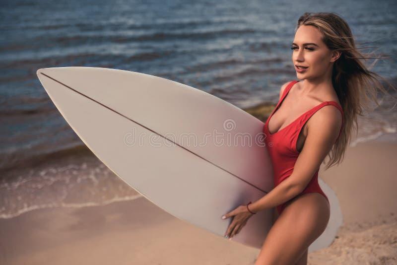 有冲浪板的少妇 免版税库存图片