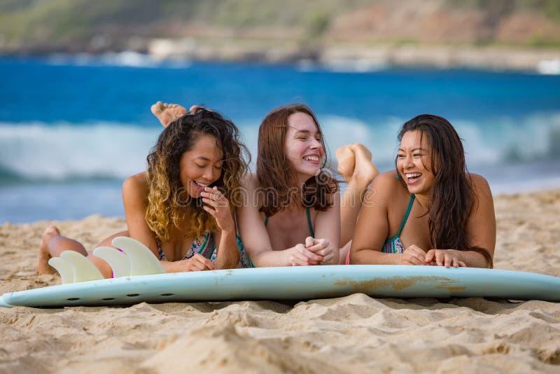 有冲浪板的海滩女孩 库存照片
