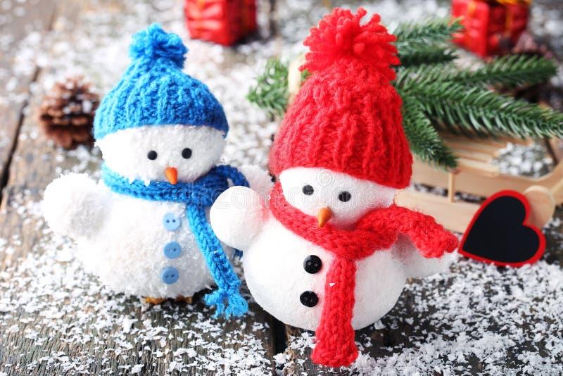 有冷杉木分支的雪人玩具 免版税库存图片
