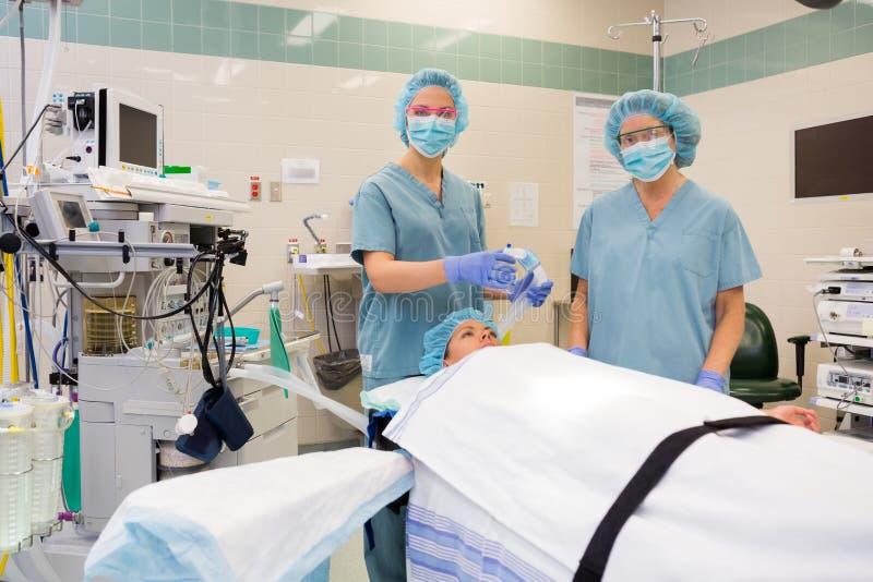 有准备患者的氧气面罩的护士 免版税库存照片