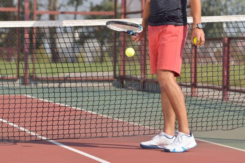 有准备服务的球拍的男性网球员网球 图库摄影