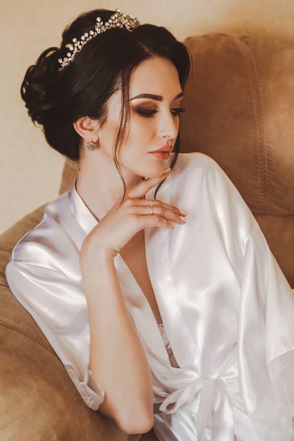 有准备的黑发的美丽的新娘在她的婚礼 库存照片