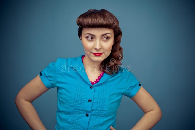 有减速火箭的发型的美丽的妇女 免版税图库摄影