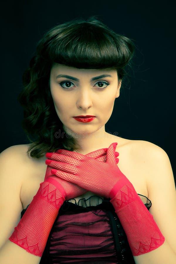 有减速火箭的发型的美丽的妇女 免版税库存照片