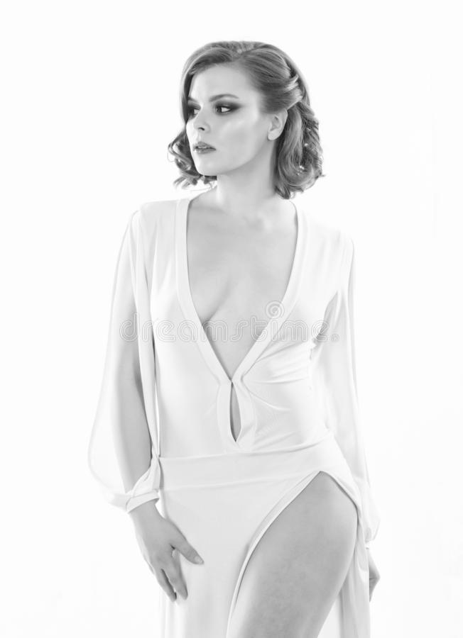 有减速火箭的摆在白色礼服的发型和构成的妇女典雅的夫人低颈露肩 女孩有吸引力的葡萄酒模型 免版税库存照片