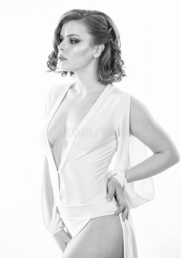 有减速火箭的摆在白色礼服的发型和构成的妇女典雅的夫人低颈露肩 葡萄酒时尚概念 ?? 免版税库存图片