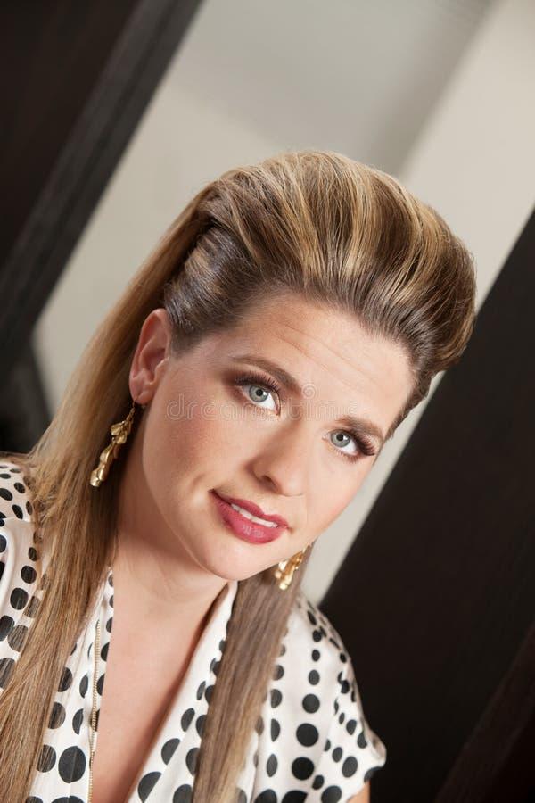 有减速火箭的样式理发的女性 免版税库存照片