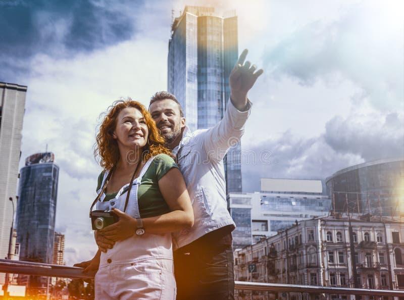 有减速火箭的照相机的已婚夫妇探索的城市 天,室外 库存照片