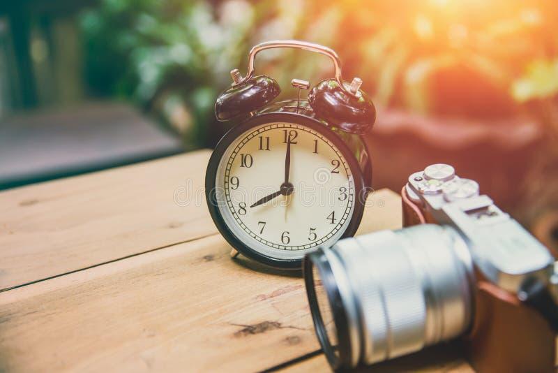 有减速火箭的照相机的老时钟保留时间和记忆概念图片