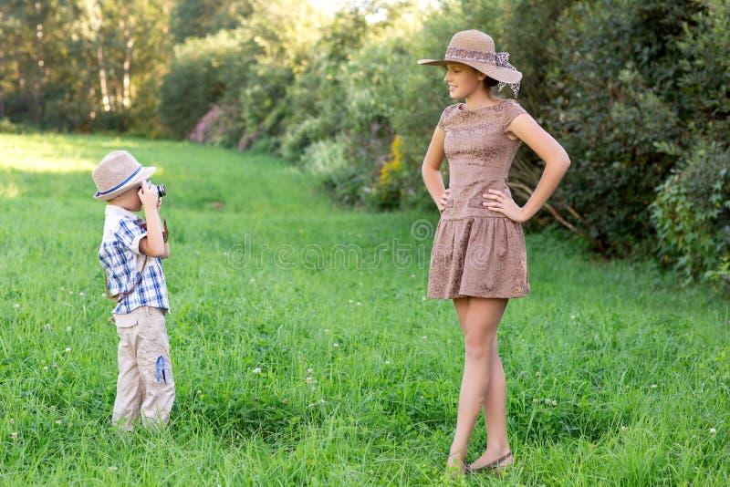 有减速火箭的照相机的英俊的小男孩和女孩塑造 免版税库存照片