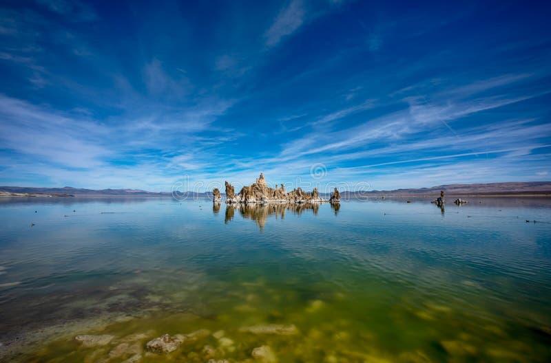 有凝灰岩塔反射的莫诺湖在水中在加利福尼亚 库存图片