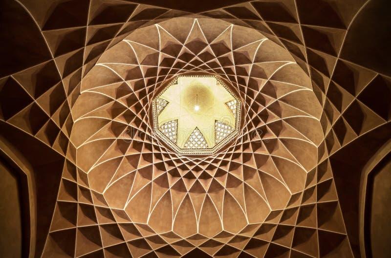 有几何伊斯兰教的波斯设计的布朗Plasterwork在Bagh-e Dolat亚兹德Abad  图库摄影