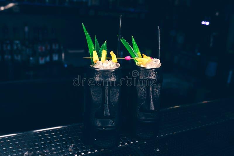 有凤梨菠萝切片作者被启发的鸡尾酒饮料的甜著名水多的皮纳Colada -在酒吧柜台 在S的特写镜头顶视图 免版税库存照片