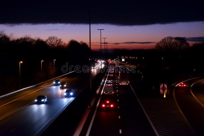 有出口的高速公路在日落 图库摄影