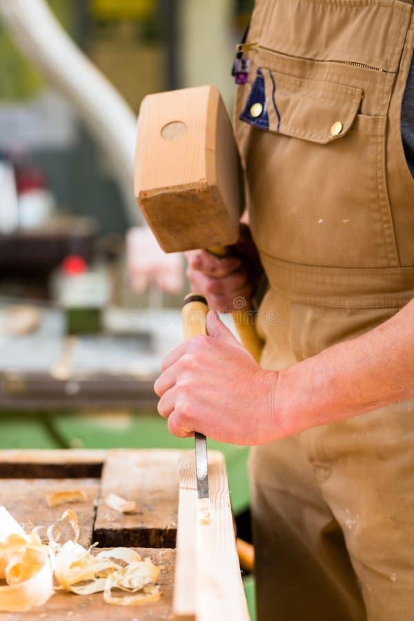 有凿子和锤子的木匠 免版税图库摄影