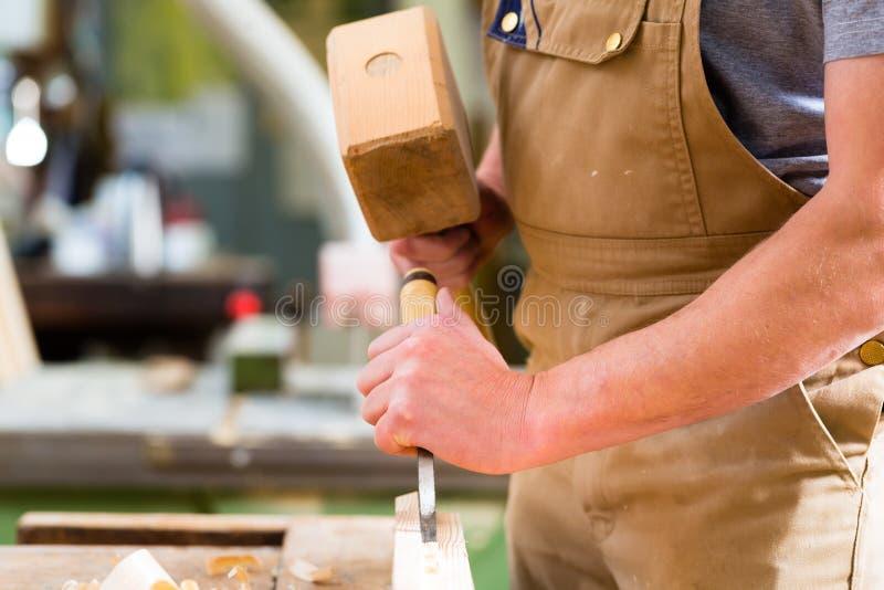 有凿子和锤子的木匠 库存照片