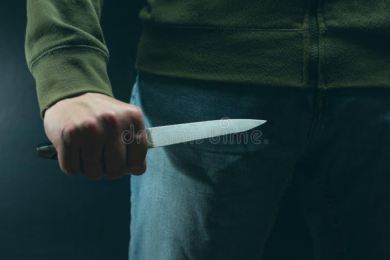 有刀子武器的一名罪犯威胁杀害 罪行,罪行,盗案恶棍 免版税库存图片