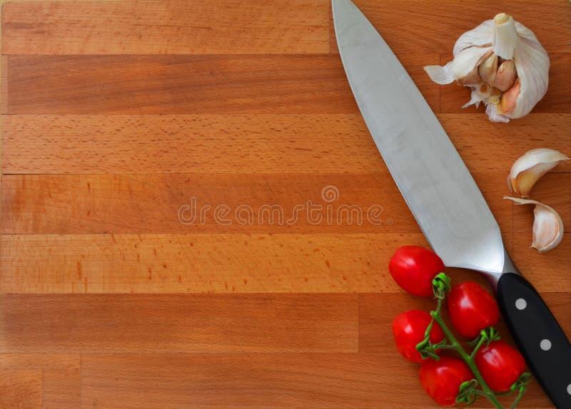 有刀子的土气木板对此 免版税库存图片