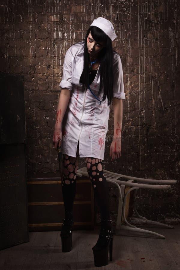 有刀子的疯狂的死的护士在手上 免版税库存图片