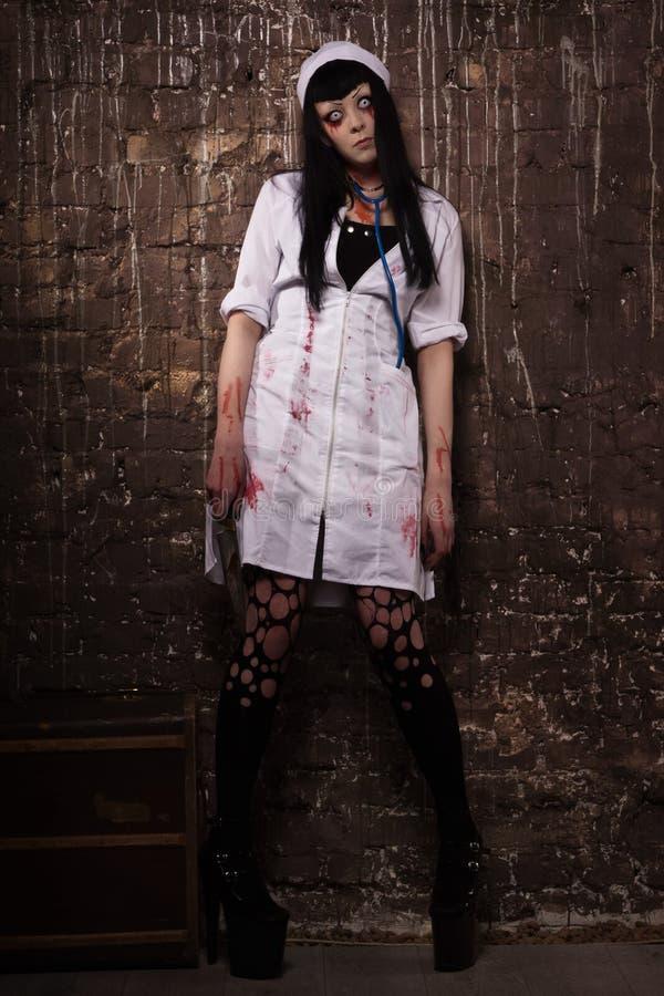 有刀子的疯狂的死的护士在手上 库存照片