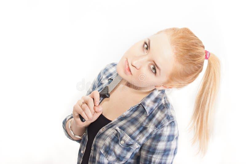 有刀子的金发碧眼的女人 免版税库存图片