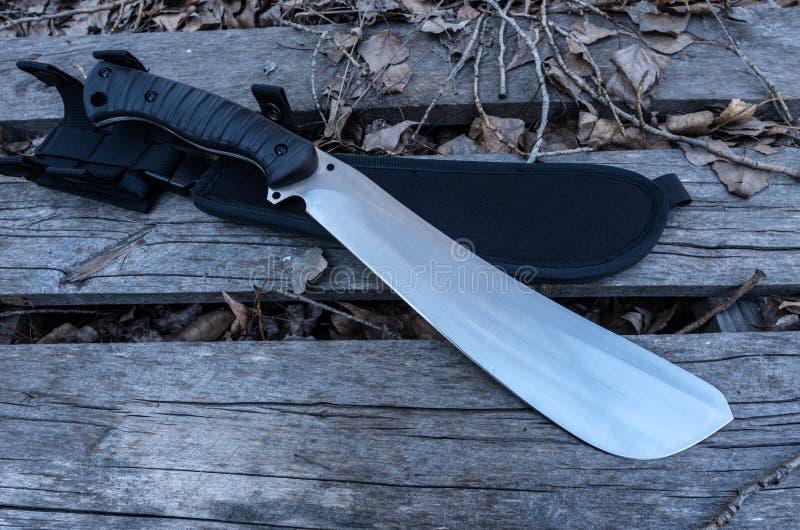 有刀鞘的大砍刀刀子 免版税库存照片