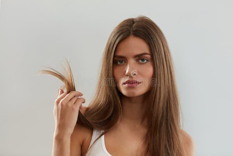 有分裂的美丽的妇女结束头发 健康和秀丽概念 图库摄影