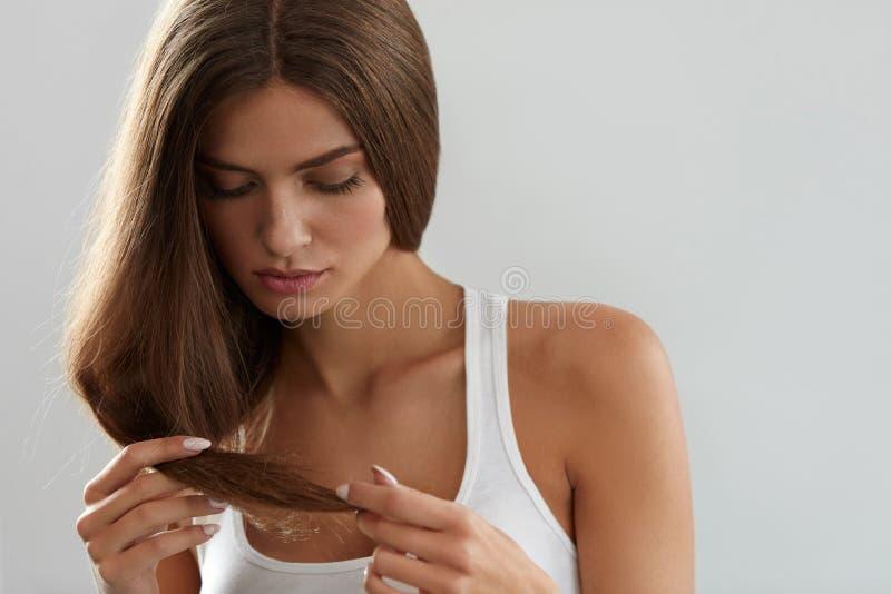有分裂的美丽的妇女结束头发 健康和秀丽概念 免版税库存照片